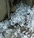 Eiswürfelhaufen auf dem Fußweg